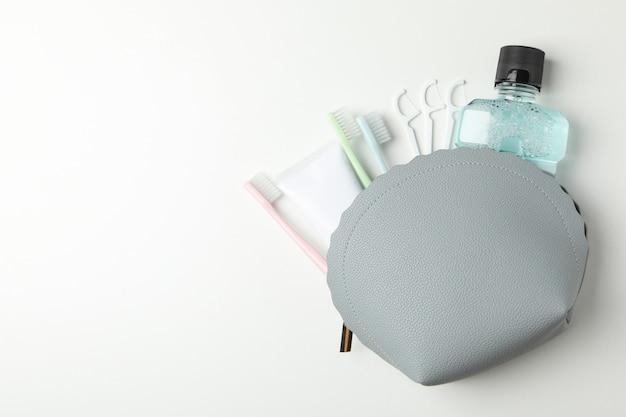 白い背景の上の歯科治療のためのツールとバッグします。