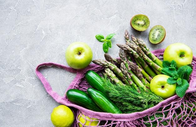 野菜や果物の食料品が入ったバッグ