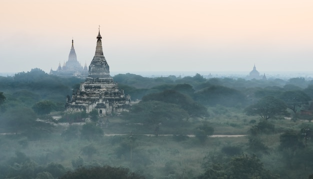 ミャンマー、日の出の古代寺院のバガン平原