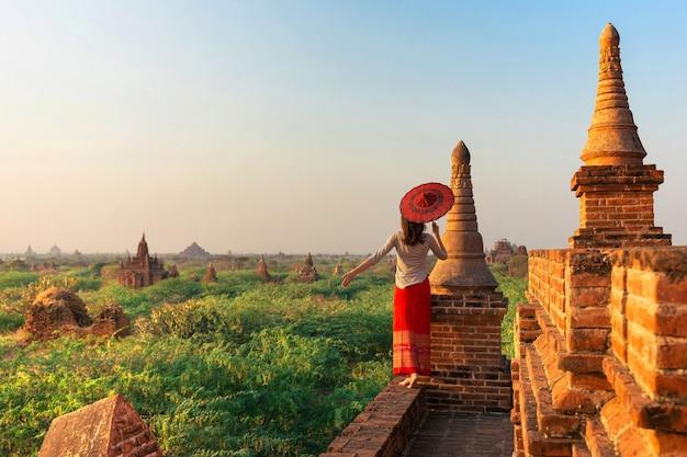 Девушка стоя с держать зонтик, bagan, мьянма.