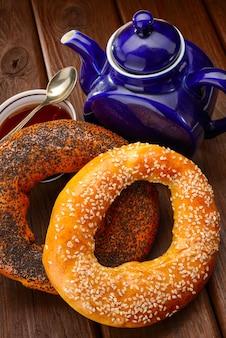 Рогалик и чай на завтрак