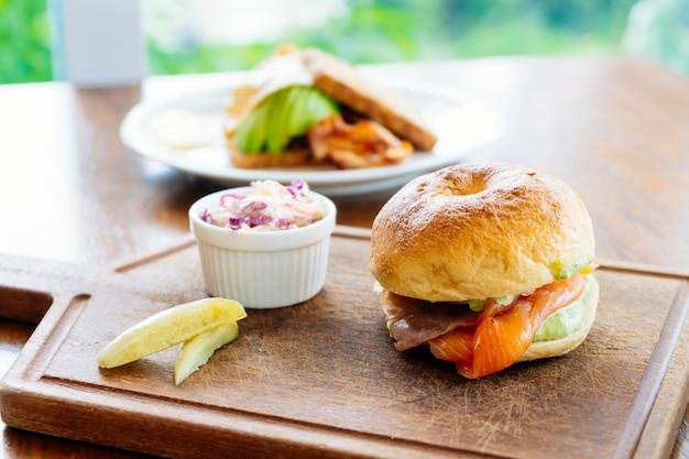 Бублик с копченым лососем с мясом и овощами
