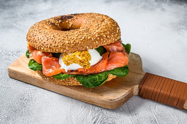 サーモンと卵のベーグルサンドイッチ