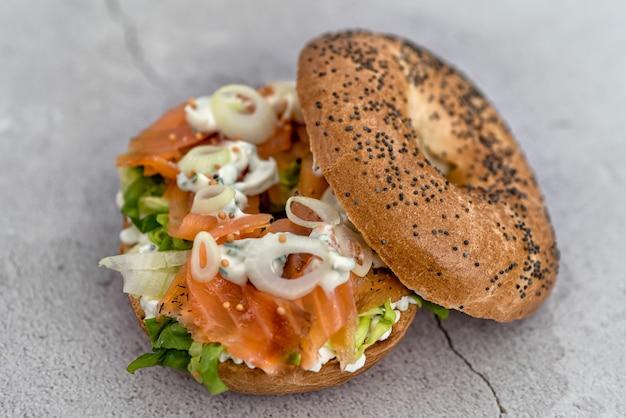 Бублик с сырным кремом, лососем и овощами