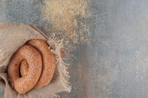 Bagel annidati in un pezzo di stoffa