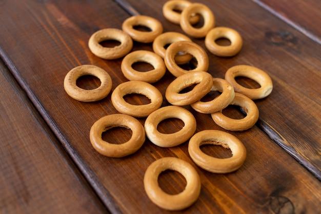 Бублики на коричневом деревянном столе