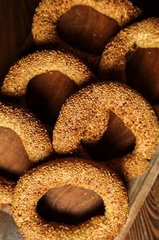 Рогалики на деревянной доске, тесто, кунжут, вид сверху