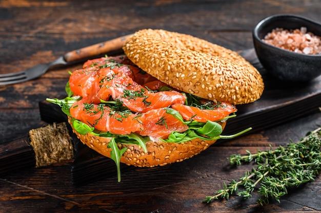Бутерброд рогалики с лососем и рукколой.