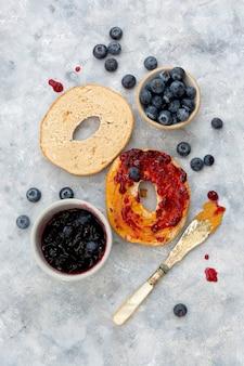 シナモンとブルーベリーのベーグル、上面図。ペストリー食品。