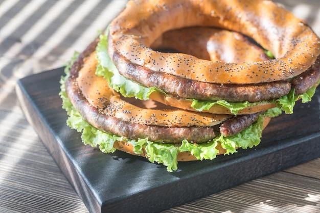 Рогалики со свежим салатом и жареной колбасой