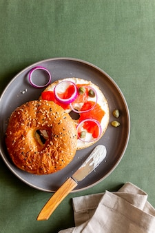 Рогалики с лососем, белым сливочным сыром и каперсами. рецепты. здоровое питание. завтрак.