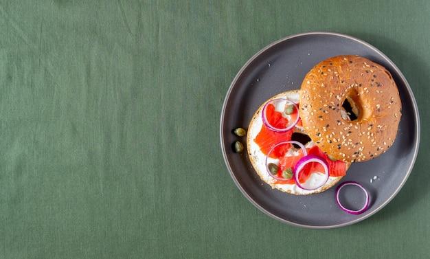 Рогалики с лососем, белым сливочным сыром и каперсами.