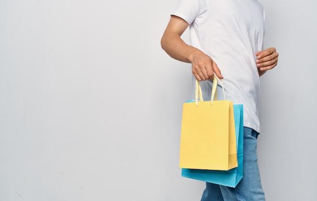 Сумки в руках мужчины распродажа покупок
