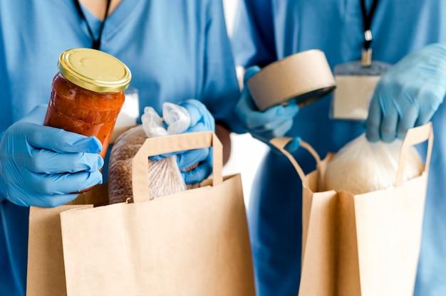 Borse con disposizioni in preparazione per la giornata del cibo
