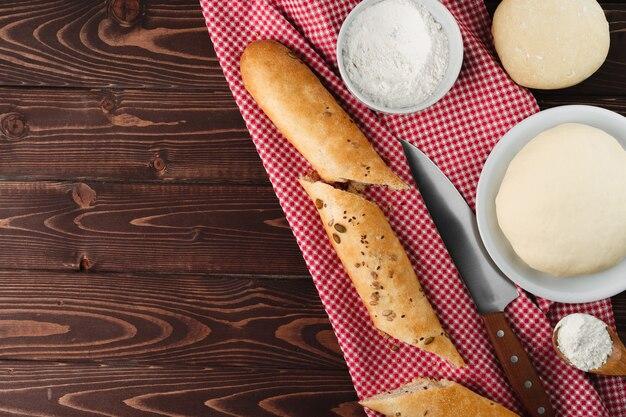 Багет хлеб на коричневой деревянной доске крупным планом фото