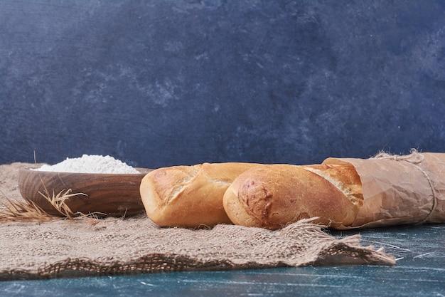 Pane baguette sulla tavola blu.