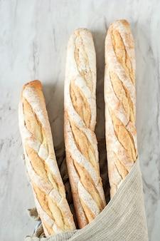 バゲット、白い背景で隔離の新鮮なフランスの柔らかいパン。閉じる。