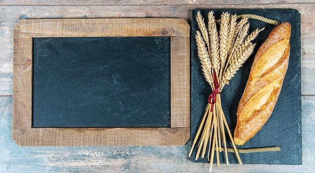 バゲットまたはフランスパンといくつかの小麦の穂