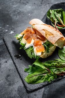 Багетный бутерброд с козьим сыром, грушевым мармеладом, мангольдом и шпинатом