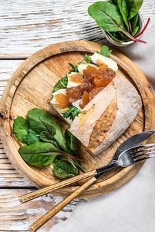Багетный бутерброд с мягким сливочным сыром, грушей и мангольдом
