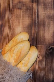 木製の背景にバゲット