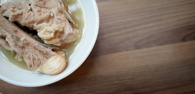 Bah kut teh 돼지 갈비 또는 돼지 뼈 수프 이 메뉴는 싱가포르에서 매우 유명하고 유명합니다.