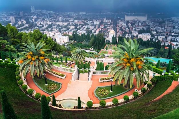 Бахайские сады на склонах горы кармель рядом с храмом религии бахаи и видом на средиземное море и залив города хайфа, израиль. плохая пасмурная погода. буря над хайфой.