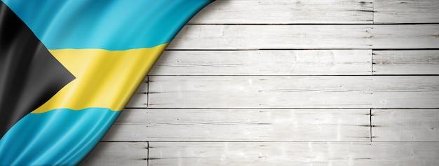 Флаг багамских островов на старой белой стене. горизонтальный панорамный баннер.