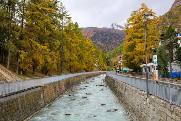 秋のツェルマットbahnhofstrasse通りの古い建物。 、ツェルマットはスイスで有名な自然の村です。