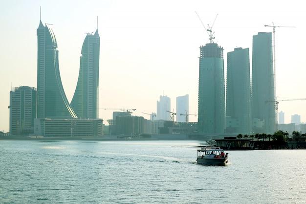 Район финансовой гавани бахрейна с уникальной достопримечательностью, манама бахрейн