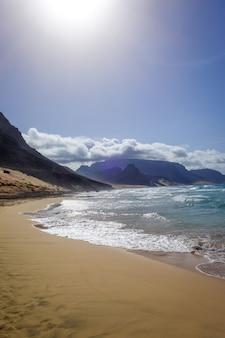Пляж байя дас гатас на острове сан-висенте, кабо-верде, африка