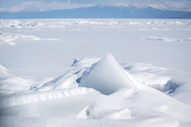 シベリアの冬のバイカル湖