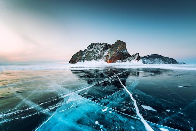 Озеро байкал зимой с треснувшим голубым льдом мыс хобой острова ольхон байкал сибирь россия