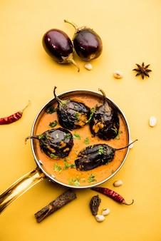 Байнган сабзи или байган масала, или карри из баклажанов или баклажанов, подается в миске или сковороде, выборочный фокус