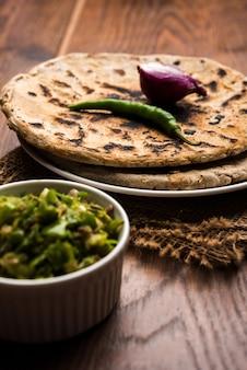 Bajra 또는 jowar 수수 ki roti 또는 진주 기장 납작한 빵 또는 bhakar