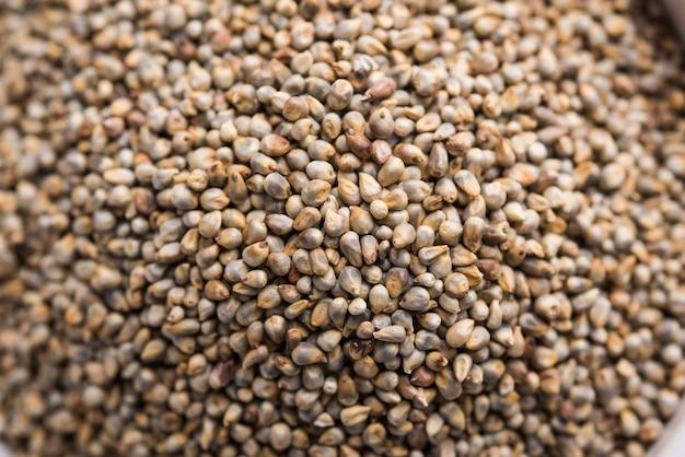그릇에 있는 bajra 또는 진주 기장 또는 수수 곡물, 선택적 초점
