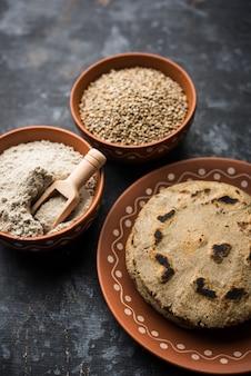 Bajra 또는 수수 ki roti 또는 진주 기장 납작한 빵