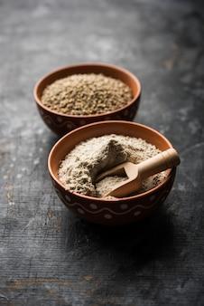 그릇에 밀가루나 가루를 넣은 바즈라, 진주 수수 또는 수수 곡물, 선택적인 초점