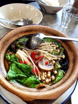 Bak kut teh 중국 스타일 돼지 갈비 요리는 국물에 혼합 야채를 요리합니다.