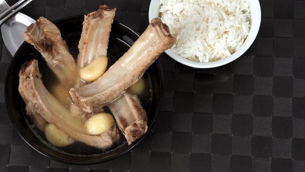 큰 마늘 흰 후추와 같은 많은 재료로 만든 bak kut teh 또는 돼지 갈비 수프