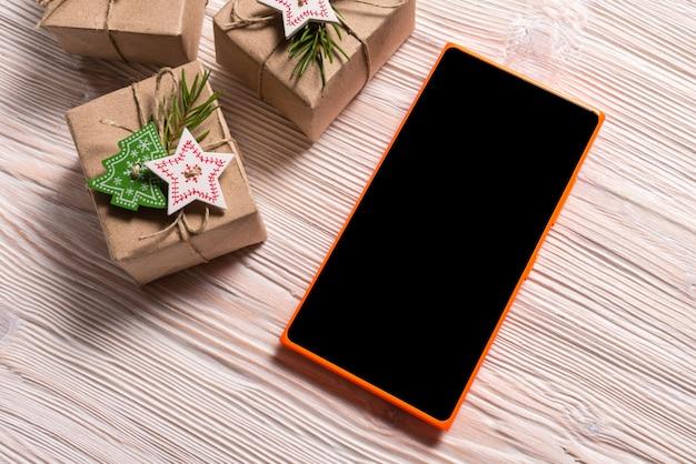 ギフトボックスと木製bakcgroundのスマートフォン