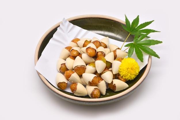갈색 그릇에 구운 은행 나무 (ginkgo biloba) 소금 일본식