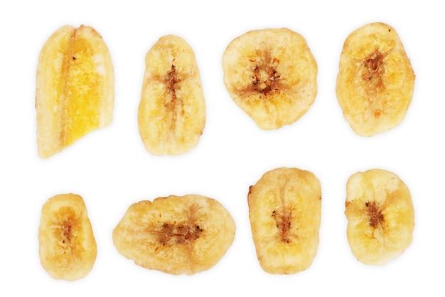 구운 바나나 칩 조각은 흰색 배경 위에 분리되어 있습니다.