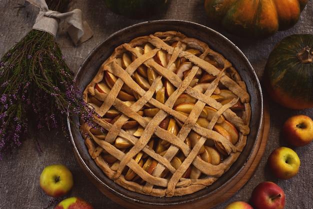 カボチャの近くの天板で焼きたてのアップルパイ