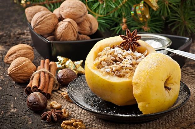 Запеченное яблоко с орехами, медом и овсяными хлопьями