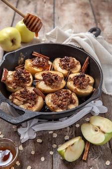 ピーカンナッツ、蜂蜜、オート麦のフレークと焼きりんご