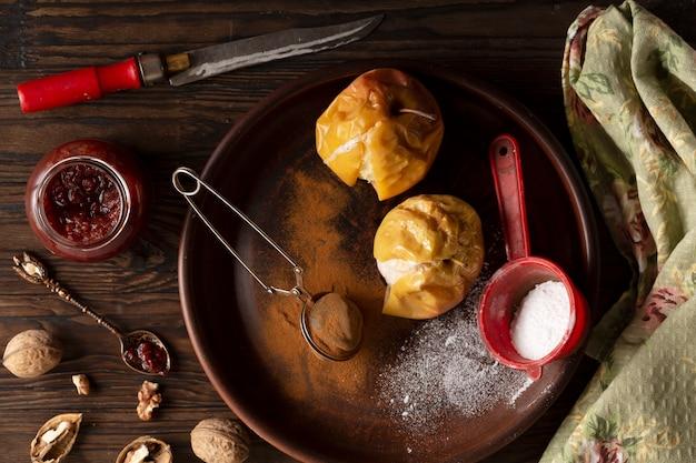 Запеченные яблоки с корицей, сахарной пудрой и орехами