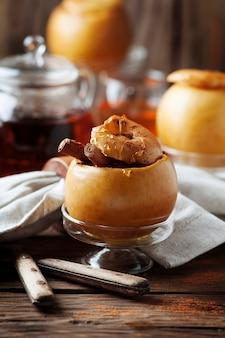 Запеченные яблоки с медом и корицей на деревянном столе