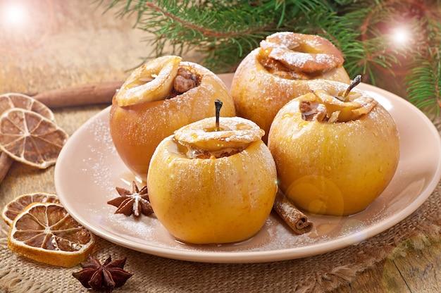Запеченные яблоки с медом и орехами