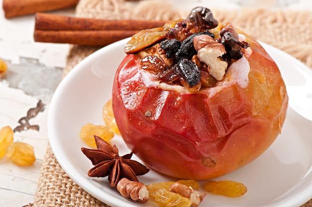 Запеченные яблоки с изюмом, орехами и медом